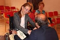 Pamětní list z rukou starosty Martina Malého přebírá Marie Bednářová z deváté třídy Základní školy Prachatice, Zlatá stezka 387.