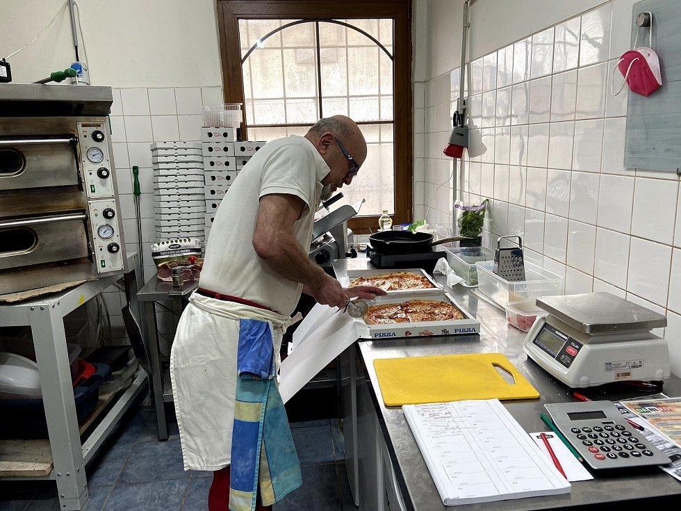 Nicola Schettini ve své kuchyni ve vimperské restauraci Hamajda.