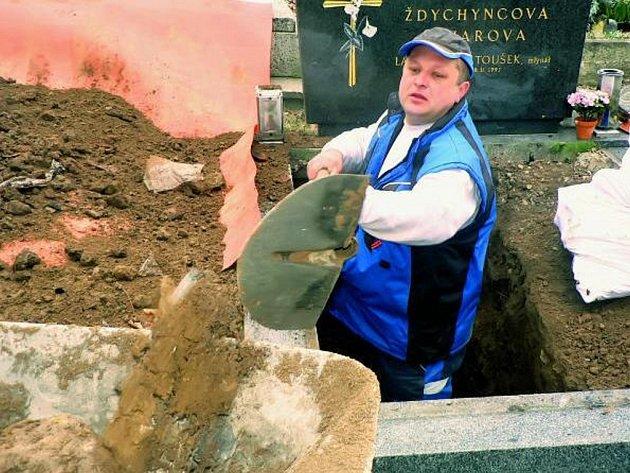 PŘI ZKOUŠKÁCH. Radek Churaň po celou dobu neztrácel optimismus. Nestěžoval si ani na mráz, podle něho jej fyzická práce pořádně zahřála.