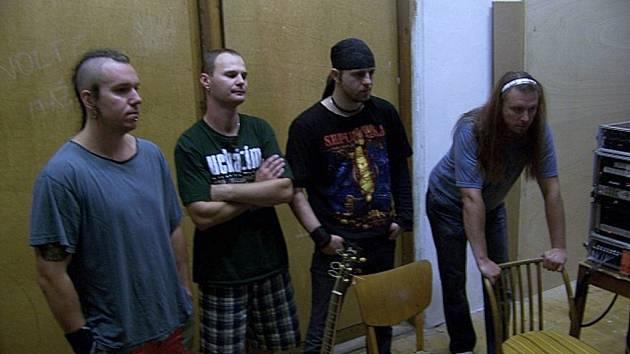 """UCHÁZÍM. Skupina při nahrávání posledního alba """"Edice 15 – Separace průtokových poznatků"""" v Trhových Svinech."""