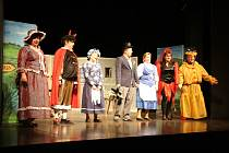 V neděli zahájili v Městském divadle v Prachaticích herci z Hořic na Šumavě pohádkou o Ženichovi pro čertici sedmnáctý ročník divadelní přehlídky Štítek.
