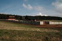 Výstavba těchto dvou domů na Malé Homolce ve Vimperku a jejich oplocení otevřela hned několik diskusních témat. Většina zůstává stále otevřená, výroky o korupci na Městském úřadě ve Vimperku ale mají závěr.