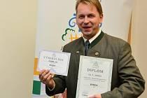 Kvildský starosta Václav Vostradovský převzal diplom a šek.