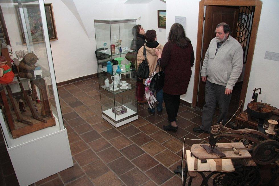 Prachatické muzeum zahájilo v úterý slavnostní vernisáží výstavy Příběhy sbírkových předmětů novou sezonu.