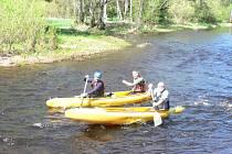 Vodácká sezona byla v sobotu 2. května zahájena bez registračních poplatků. Hladina Vltavy totiž přesáhla limit.