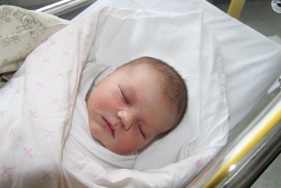 ADÉLA CSABAIOVÁ, NEBAHOVY.  Narodila se ve středu 25. prosince v 18 hodin a 13 minut v prachatické porodnici. Vážila 4230 gramů. Sourozenci: Barbora Csabaiová (20 let) a Jan Furik (13 let). Rodiče: Marie Bártová a Attila Csabai.