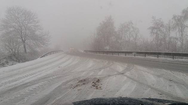 Silnice v Žernovicích v pondělí 26. listopadu v osm ráno.