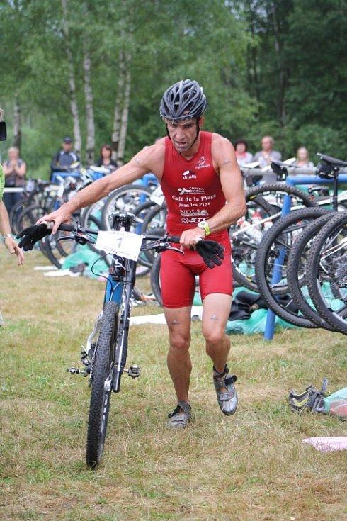 Plavecká část končí, boj na kole začíná pro obhájce loňského titulu Nicolase Lebruna.