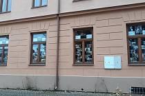 S novým měsícem také tradičně přichází nová výstava, která tentokrát netradičně zdobí okna neziskové organizace u Štěpánčina parku.