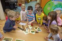 Děti z mateřinky se bavily i učily.