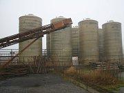 Nebezpečné látky se ale neskladují pouze v uzavřených stavebních objektech. Starostka Lhenic Marie Kabátová provedla ministra životního prostředí větší části areálu, který ukrývá nejen více než 720 tun toho nejtoxičtějšího odpadu.