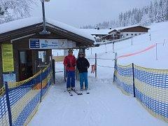 Okresní správce Sebastian Gruber a ZV střediskek zimních sportů-GF Bernhard Hain na první testovací jízdě v lyžařském středisku Mitterdorf.