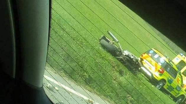 Za odpolední nehodu s osobním vozem zaplatil motorkář životem.
