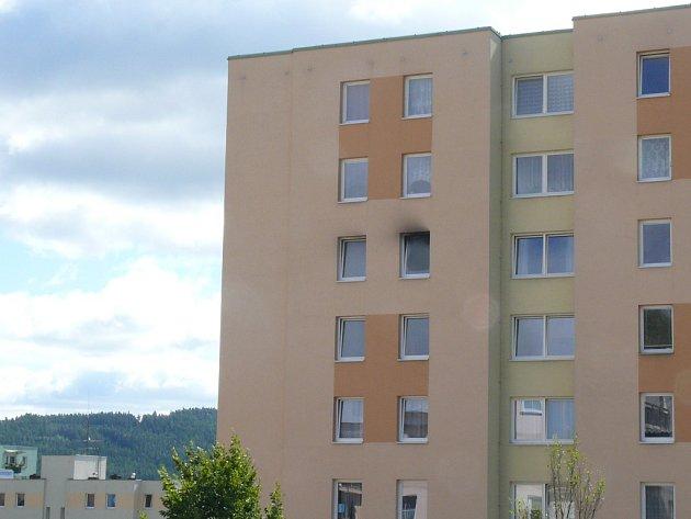 Hasiči likvidovali požár bytu v Budovatelské ulici v Prachaticích.
