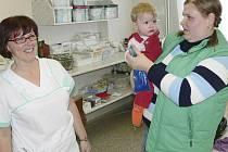 Vedocí sestra chirrgické ambulance Hana Pěstová se loučí s malým pacientem.