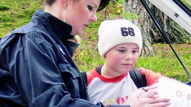 UČENÍ V LESE. Včerejší branný den strávili žáci šestých tříd základních škol u Kahova v lese.