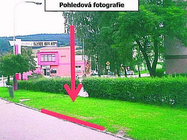 PLOCHA PRO PLAKÁTY. Jedna z nových plakátovacích ploch by měla stát ve Zvolenské ulici v místě, kam ukazuje šipka.
