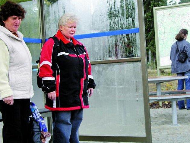 ZCELA NOVÁ. Autobusová zastávka u bývalých vimperských kasáren U Sloupu nabízí konfort jak cestujícím, tak i turistům, kteří chtějí poznat krásy  krajiny. Nová mapa  jim prozradí více.
