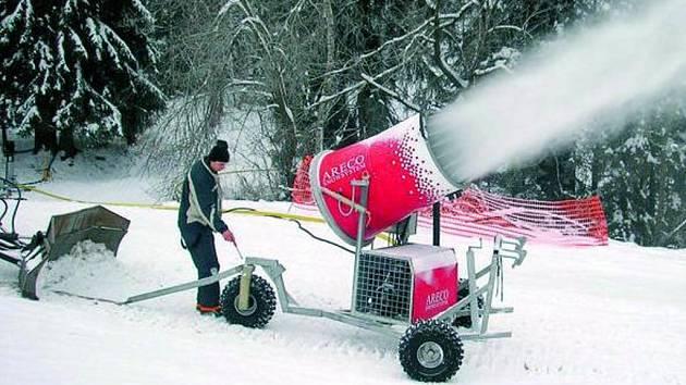 DĚLO PRODLOUŽÍ SEZONU. Sněžné dělo si Libín 1096 půjčil na pár dní z vimperského Vodníku. Na letošní lyžařskou sezonu by měl mít již vlastní. Zkouška řekla, že lyžování pomůže.