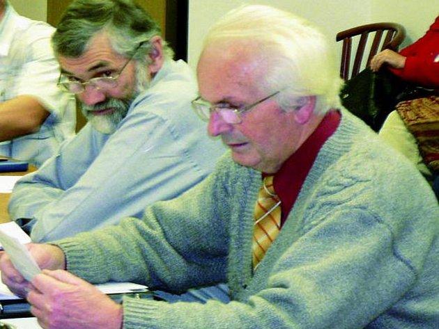 Zastupitel Pavel Trnka (na snímku vlevo) zaskočil své kolegyně a kolegy návrhem, že by mělo mít město povinnost se loučit se svými zesnulými obyvateli.