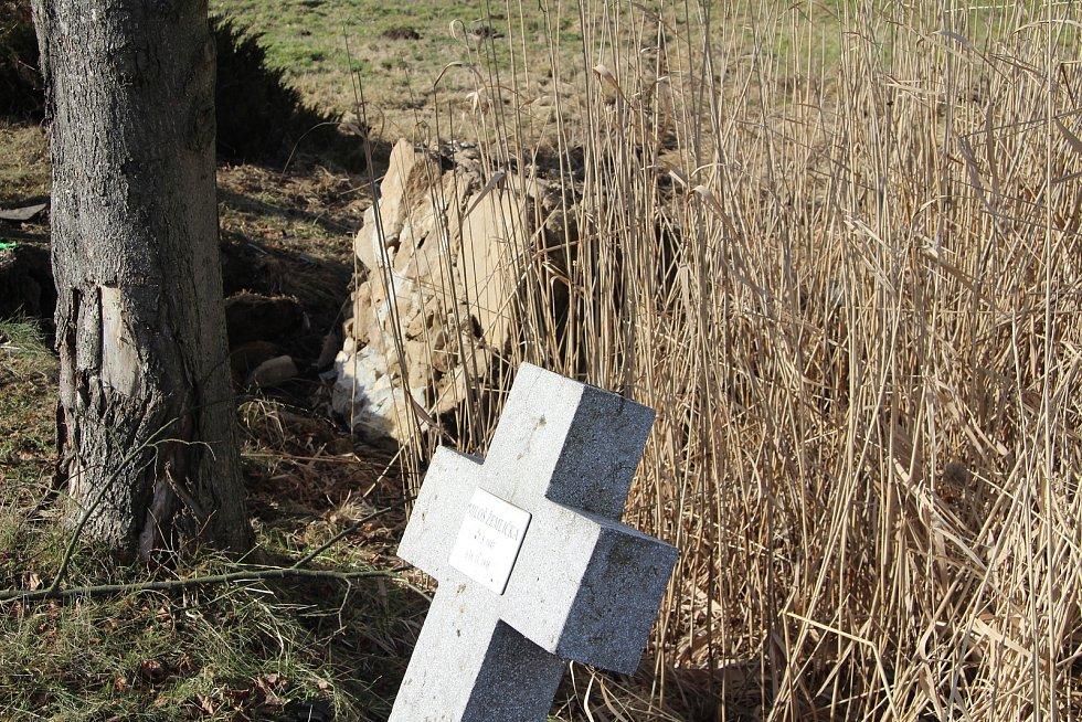 Zničený je i křížek, který připomíná oběť tragické nehody U Stopařky v roce 1995.