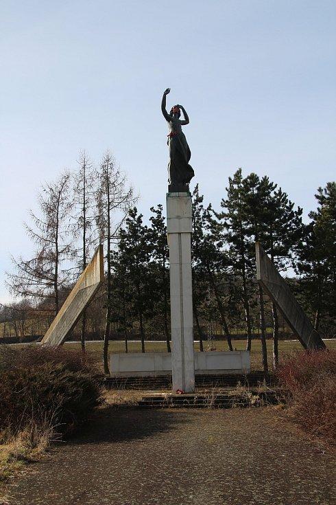 Betonový monument s názvem Pomník míru, který byl na vitějovické křižovatce vybudován v roce 1987. Právě podle sochy mávající ženy je místo nazýváno U Stopařky.
