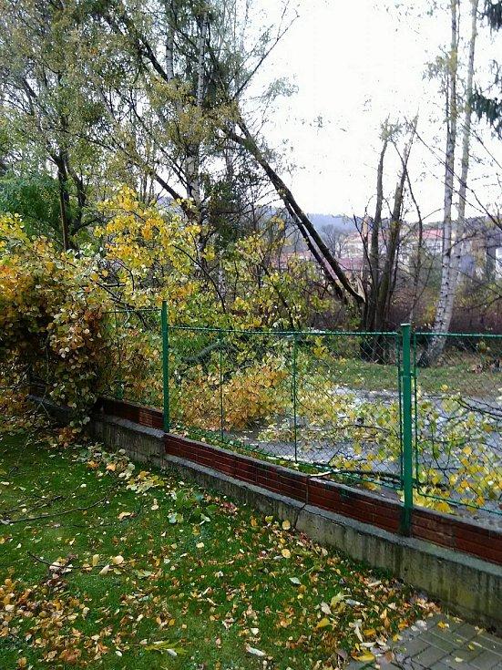 Vítr lámal stromy na Prachaticku i v samotných Prachaticích. Na lázních.