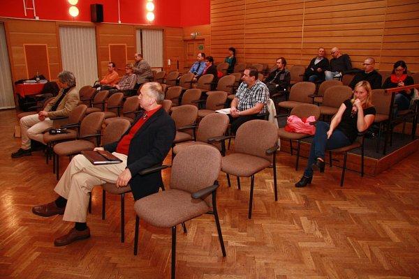Zcelkového počtu 6163voličů zapsaných do seznamu jich přišlo letos ke komunálním volbám ve Vimperku 2416.Jednání nového zastupitelstva oúzemním plánu přihlíželo po odečtení úředníků města a novinářů devět obyvatel města Vimperk.