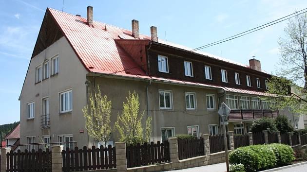 Bývalý chlapecký internát bývalé lesnické školy by se měl změnit v sídlo Městské policie Vimperk.