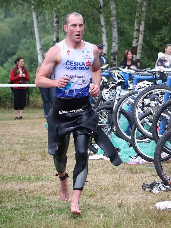 Plavecká část končí i pro Jana Kubíčka, začíná boj na kole.