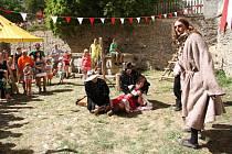 Na zámku pak program pokračoval až do večerních hodin a pozornost návštěvníků se přelévala z nádvoří do zahrad i arkád. nechyběla hudební a taneční vystoupení, souboje, řemeslný trh, ani mučírna.