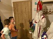 Ani letos nechyběl Mikuláš s doprovodem ve Kvildě.