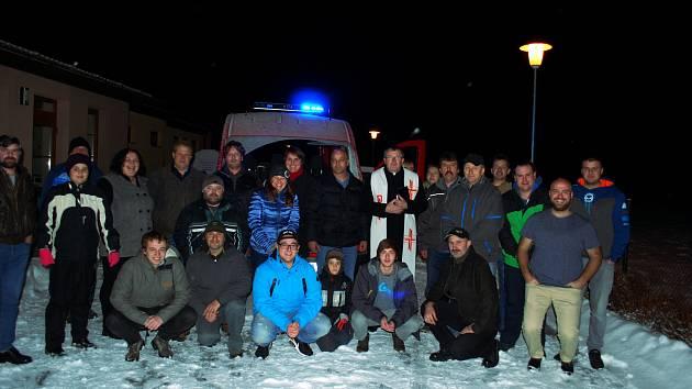 Při výroční schůzi Sboru dobrovolných hasičů v Chlumanech vysvětili nové hasičké vozidlo.