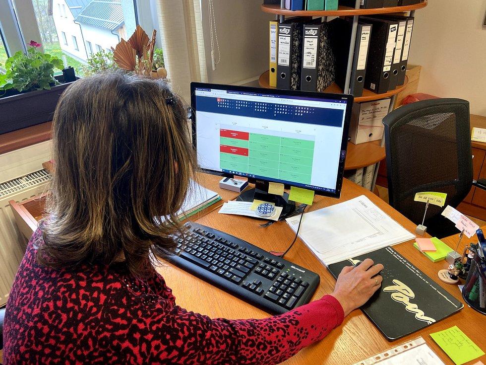 Objednat se musejí zájemci přes webový formulář. Starostka Jiřina Kraliková ukazuje, že odkaz je také na stranách městyse Strážný.