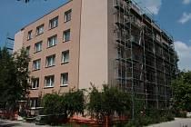 Panelový dům, který od nemocnice před časem převzalo do své správy město Prachatice, má novou fasádu, okna i balkony.