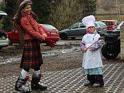 Ani počasí nezastavilo nejvěrnější fanoušky skiareálu na Libínském Sedle, aby si v maskách neužili nedělní odpoledne.