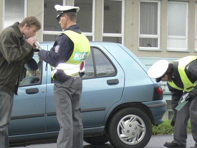 Podle statistik narůstá počet nehod a závažných dopravních přestupků v nočních hodinách a o víkendech. Ilustrační Foto.