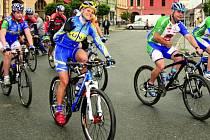 JEDEME DO BABIC. Cyklistický peloton vedla z Netolic Kateřina Nash – Hanušová. Jejich cesta vedla nejdříve do Babic, i zde totiž mají obecní knihovnu.