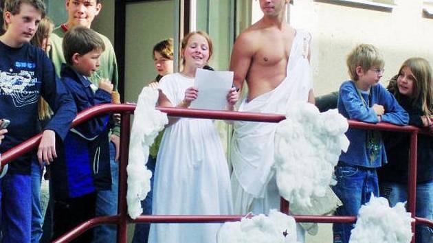 POKŘTĚNÍ. Nové studenty přivítali ve vimperském gymnáziu tradičním křtěním. Součástí byly i nejrůznější otázky, na které si museli nejmladší studenti najít odpověď.