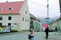 NOVÁ FASÁDA. V tomto týdnu by mělo postupně zmizet lešení u hotelu Zlatá hvězda ve Vimperku. Práce se přestěhují do vnitřku budovy.