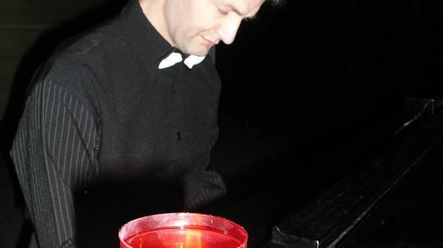 Muzikanci hráli při svíčkách