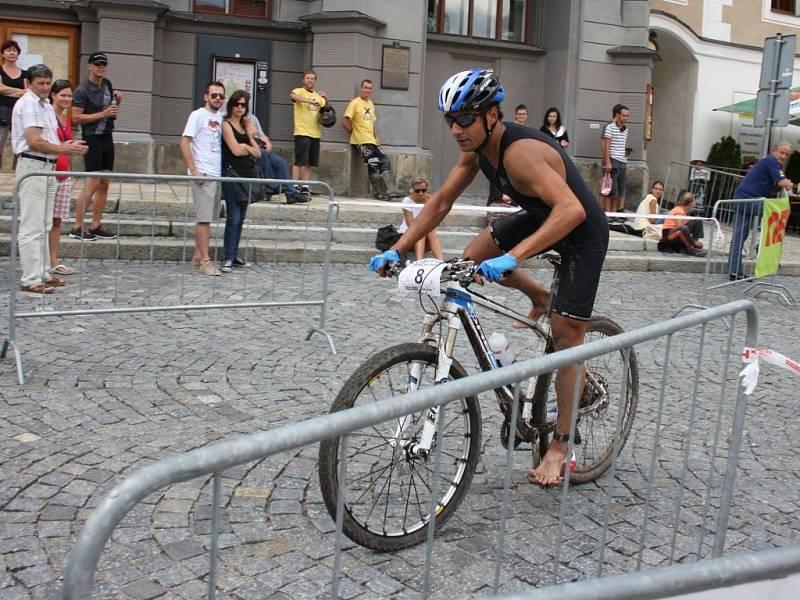 To je skutečně první závodník, který má nárok odložit kolo a začít ukrajovat první kilometry běhu. Španěl Hector Guerra.