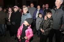 Prachatičtí se rozloučili s adventem posledním setkáním na Velkém náměstí. O hudební vystoupení se postaral smíšený pěvecký sbor Česká píseň.