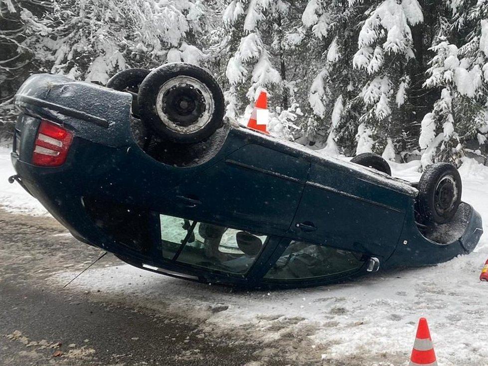 Za nehodou u Zbytin na Prachaticku stály nepřiměřená rychlost a zledovatělá vozovka. Zraněnou řidičku odvezla záchranka.