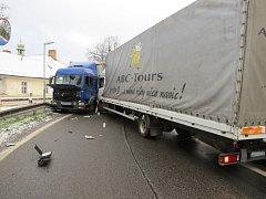 Ranní nehoda kamionů v Lenoře.