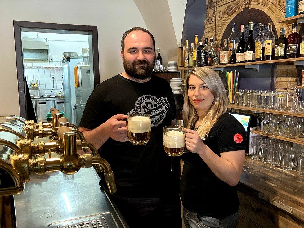 partneři v životě i v podnikání jsou Hanka Smékalová a Radek Geier z Prachatic. Provozují Lockal U Jelena a těší se, že zahrádka jejich restaurace se zaplní štamgasty.