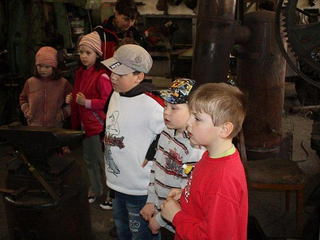 Děti se šly podívat na práci opravdového kováře.
