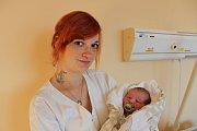 Sebastián Kos se narodil 18. října v 10 hodin a 12 minut rodičům Lucii Ihnatoliové a Tomáši Kosovi. Vážil 3650 gramů. Doma v Prachaticích se na brášku těší dvouletý Damián.