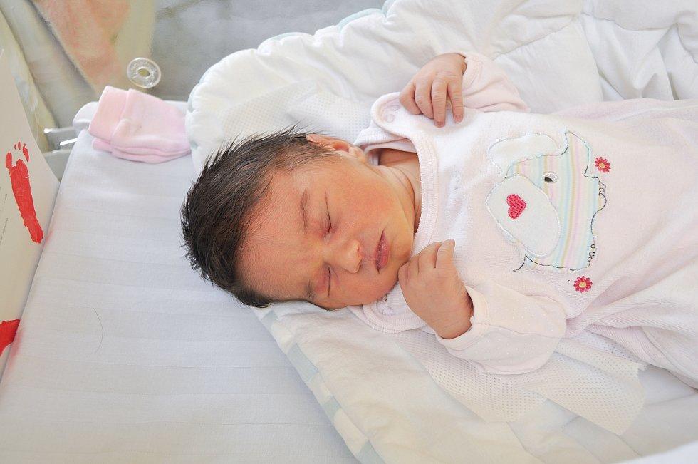 NATÁLIE CHMELÍKOVÁ, VIMPERK. Narodila se v pondělí 27. května ve 4 hodiny a 56 minut ve strakonické porodnici. Vážila 3900 gramů. Rodiče: Aneta a Petr.
