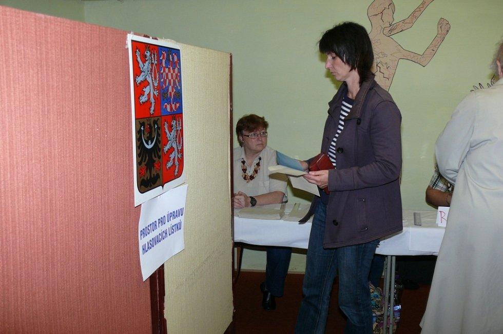 Krátce po druhé hodině se začala plnit volební místnost v ulici Husova v Prachaticích.